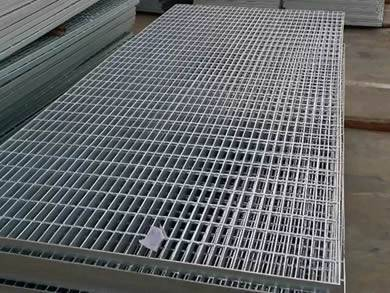 Heavy duty galvanized welded bar grating panels on the ground in our factory.