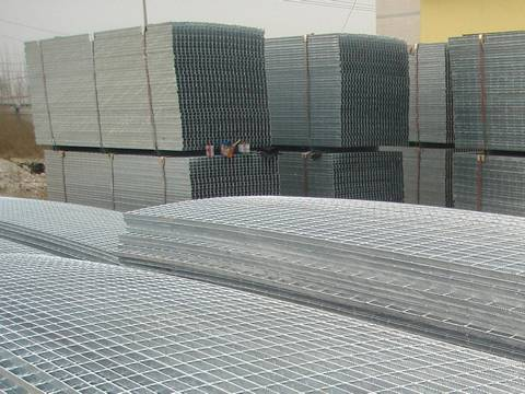 A large number of 6 m metal grating panels on pallets for customer.